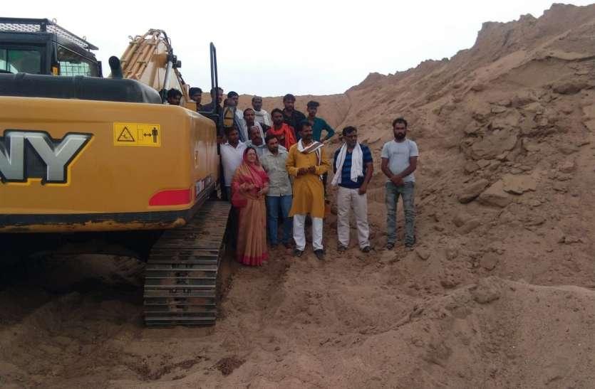 पंचायत भवन से 50 ट्राली रेत का अवैध स्टाक जब्त, सरपंच पर दर्ज होगा मामला