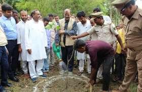 श्रम दान कर डीएम ने लोगों से की जल संचयन के लिए आगे आने की अपील