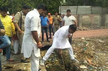 भाजपा सांसद ने नाले में डाली लकड़ी और फिर जो देखा तो दंग रह गए, देखें वीडियो