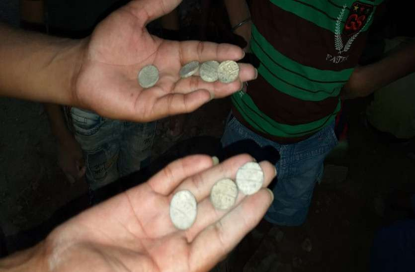 खुदाई में निकले और सिक्के