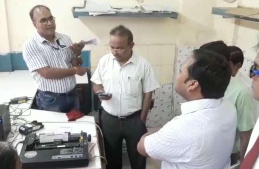 VIDEO: रेलवे स्टेशन पर यात्रियों को मिलने वाले भोजन की जांच के लिए इलाहाबाद से आई टीम, मच गया हड़कंप