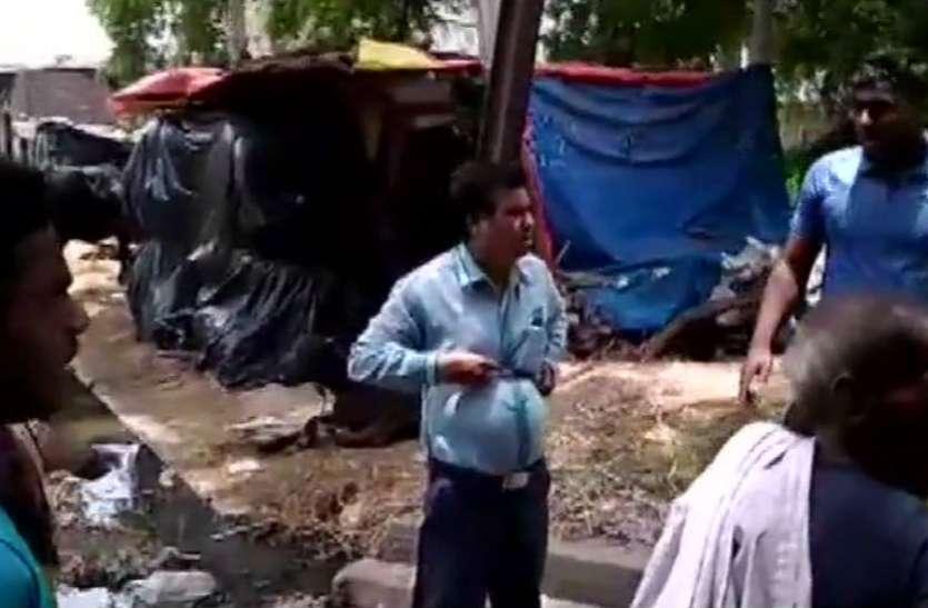 लोगों की समस्या सुनने पहुंचे सचिव को ग्रामीणों ने बिजली के खंभे से बांधा, तीन के खिलाफ केस दर्ज