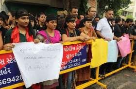 PICS : अभिभावकों ने डीइओ कार्यालय पर दिया धरना