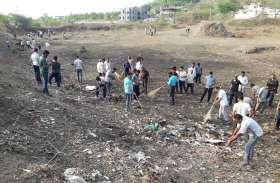 video डेढ़ घंटे श्रमदान से संवरा पुलिस लाइन का तालाब, चार ट्रॉली कचरा निकाला