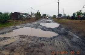 पहली बारिश में ही जर्जर सड़क पर भरा पानी