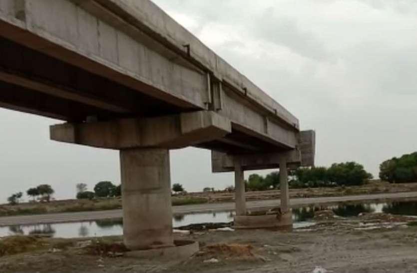 नौ साल से अधर में लटका है टूंडला-फतेहाबाद पुल, नाव से दूरियां मिटा रहे ग्रामीण, देखें वीडियो