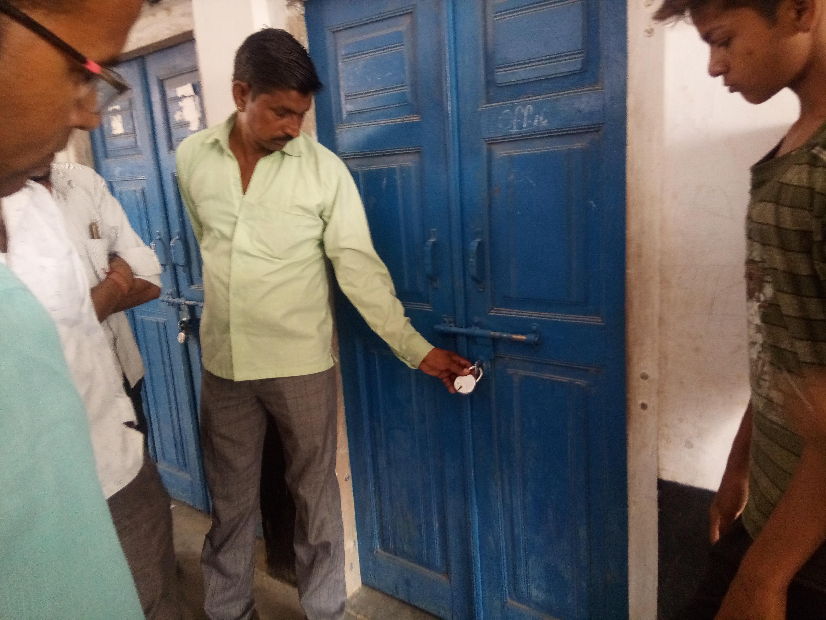 न्यून परीक्षा परिणाम से नाराज ग्रामीणों ने बालिका स्कूल पर लगाया ताला