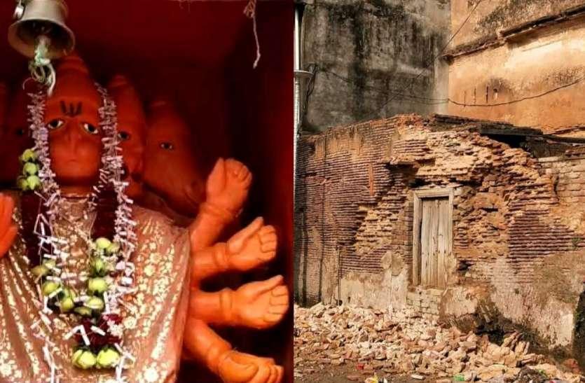 जर्जर हालात में गिरा सैकड़ों वर्ष पुराना पंचमुखी हनुमान मंदिर का भवन