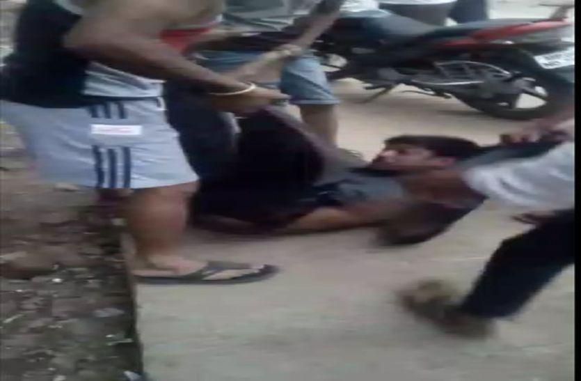 मासूम से छेड़छाड़ करने वाला बदमाश पुलिसकर्मी को चकमा देकर एमवाय से भागा