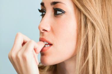 Nail Chewing Habit: नाखून चबाने की आदत को एेसे छुड़ाएं