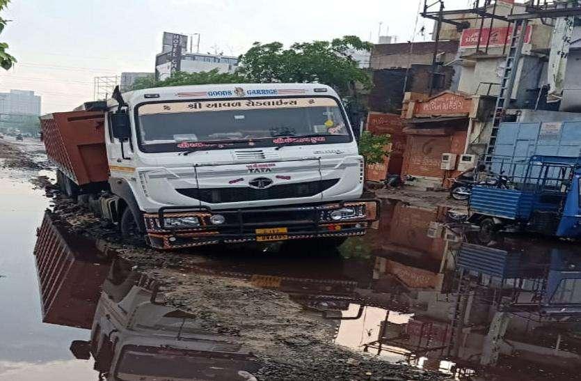 Rainy season: बारिश पड़ते ही धंसी सड़कें, वाहन फंसे