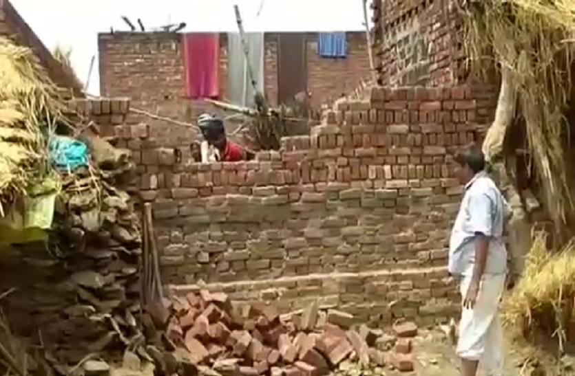 गाजीपुर में 10 दिन से घर के अंदर कैद बुजुर्ग महिला हुई आजाद, पुलिस ने दीवाल तोड़कर निकाला