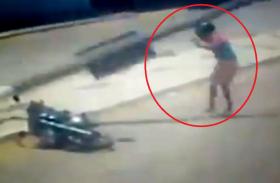 सिर पर पहने हेलमेट ने इस शख्स की दो बार बचाई जान, वीडियो हो गया वायरल