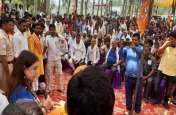 सुलतानपुर में मेनका गांधी ने पुलिस-प्रशासन को दी चेतावनी, भरी जनसभा में कही यह बात