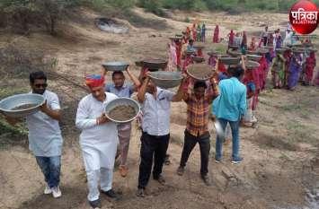 VIDEO : Amritam jalam campaign : महिलाओं ने गाए मंगल, ग्रामीणों ने उत्साह के साथ की तालाब की खुदाई
