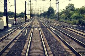 युवक ने फिल्मी स्टाइल में रेलवे ट्रैक पर दौड़ा दी कार, जानिए क्या हुआ उसके बाद