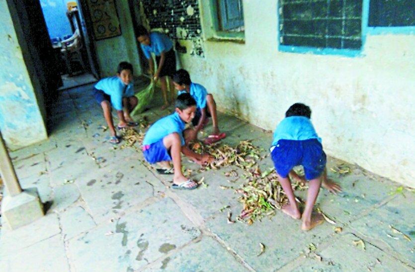 स्कूल खुले, पहले दिन सफाई करने में बीता बच्चों का दिन, मिठाई नहीं मध्याह्न भोजन मिला