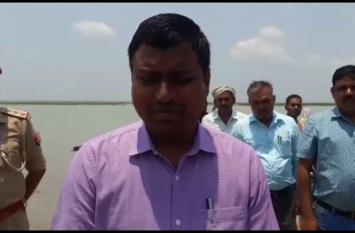 Video: डीएम ने गांव वालों से कहा, बरसात में नाव में न ले जाएं महिलाओं को, जानिए क्यों