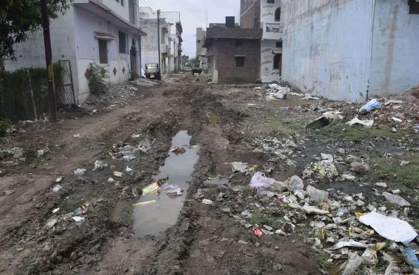 बारिश शुरू नहीं हुई और  दीनदयाल नगर की सड़कें बनीं दलदल