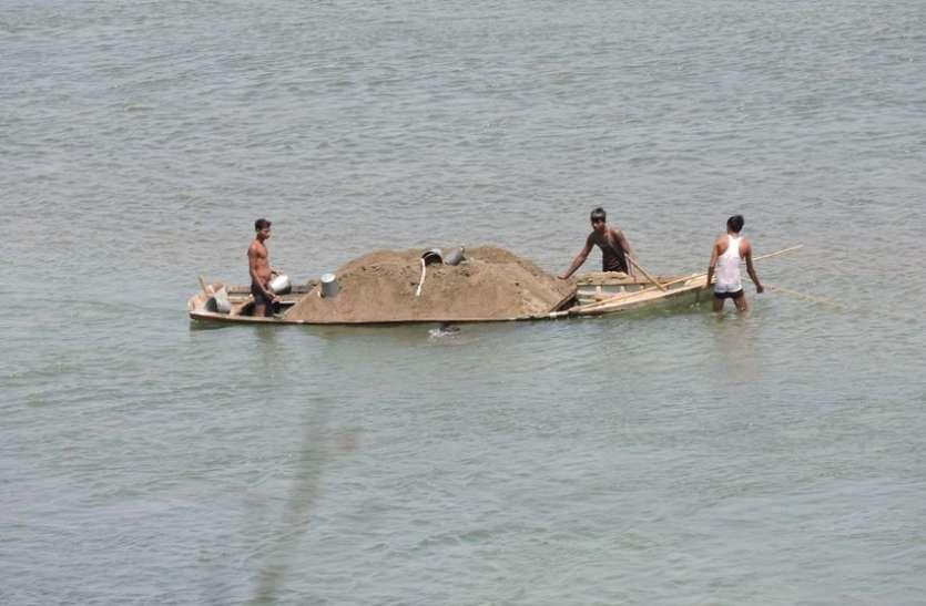 नर्मदा नदी के घाटों में बना दिए हैं मौत के कुएं, इन जगहों पर स्नान करने पर बरतें सावधानी