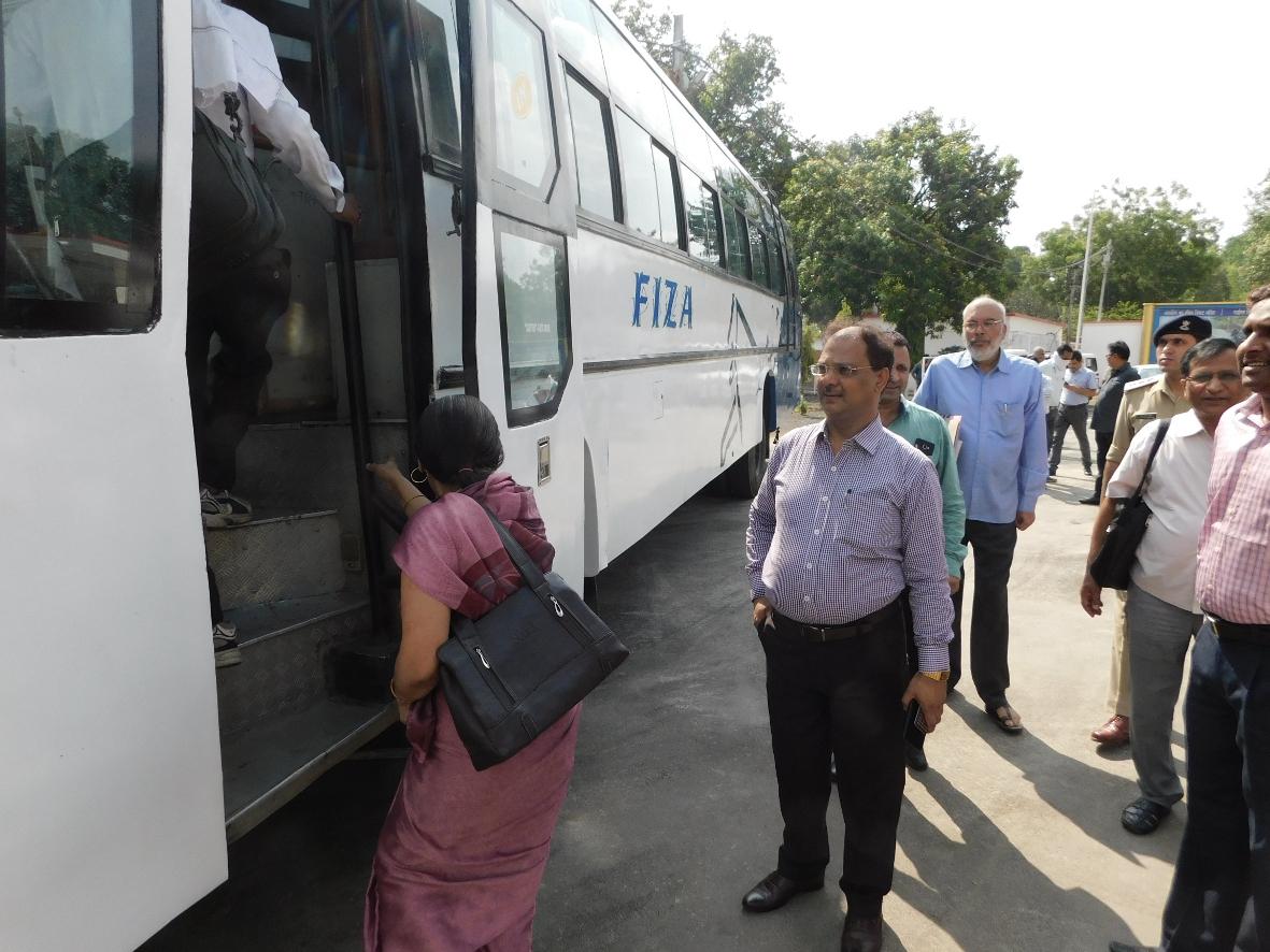 बस में सवार होकर जैतपुर पहुचे जन सुनवाई करने कलेक्टर