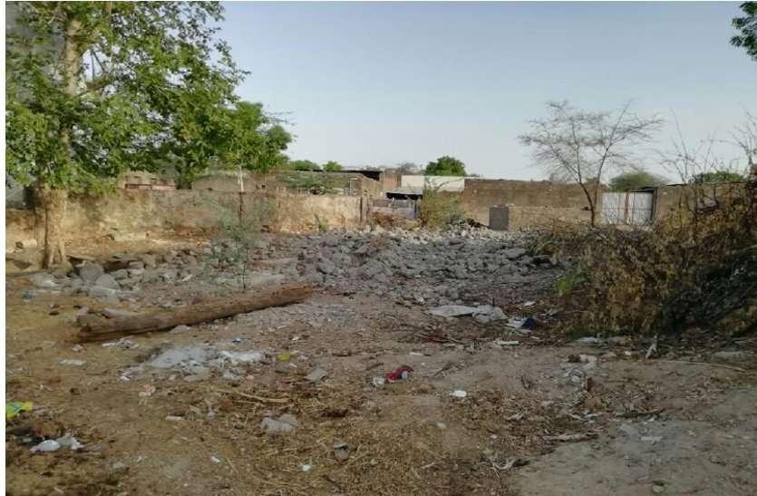 पानी की टंकी गिराने के एक साल बाद भी शुरू नहींं हुआ निर्माण, पानी के लिए तरस रहे ग्रामीण