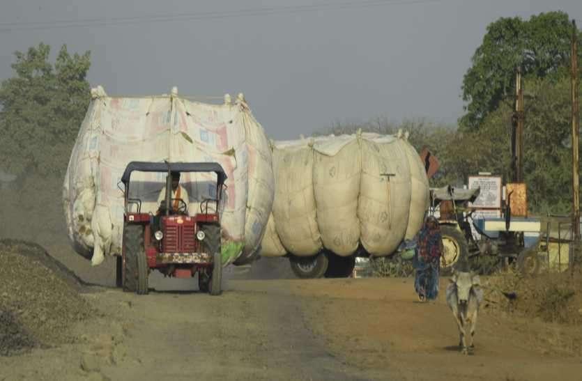 यातायात के नियमों का निकल रहा दम, भूसा से भरी ट्रैक्टर-ट्रॉलियां हादसे को दे रहीं न्योता