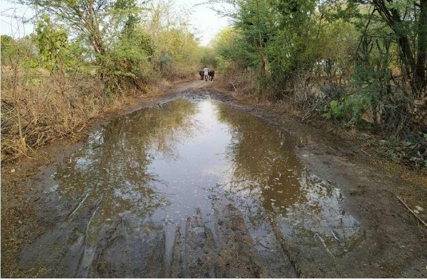 अधरझूल में लटका 3 किमी मार्ग, ग्रामीणों को भुगतना पड़ रहा है खामियाजा