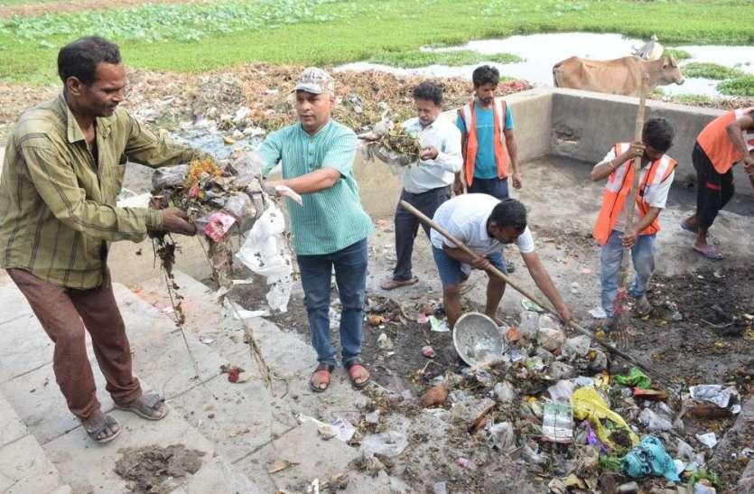 जगदेव तालाब सफाई अभियान में उठे सैकड़ों हाथ, तस्वीरों में देखई कैसे लोगों ने किया श्रमदान