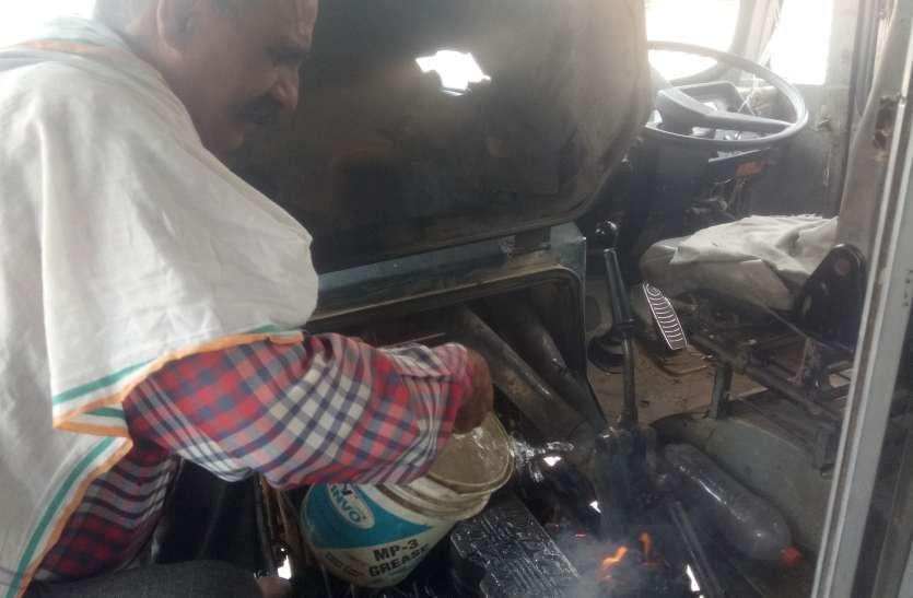 fire in bus-engine : बस के इंजन में आग, खिड़कियों से कूदी सवारियां
