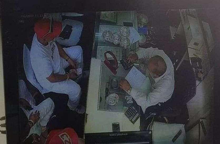 अलवर में ज्वेलरी की दुकान पर दिन-दहाड़े चोरी, सोने की चैन पार कर ले गए बदमाश, सीसीटीवी में कैद हुई वारदात