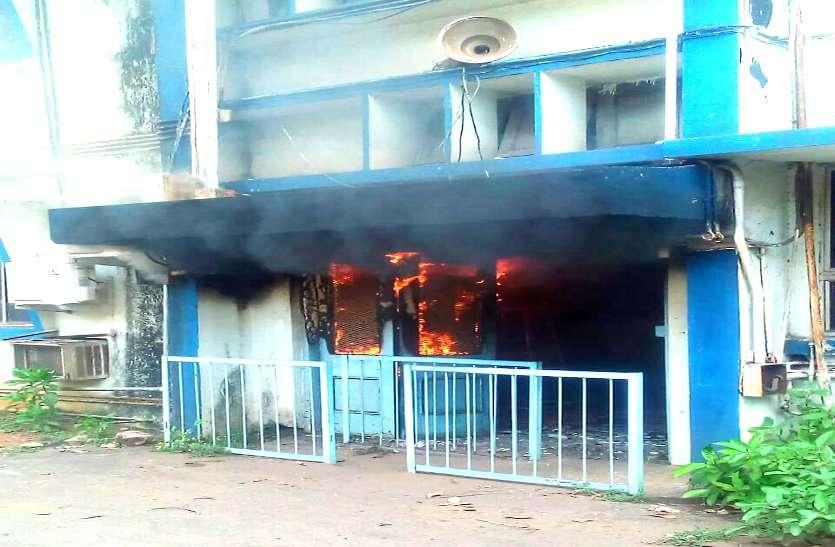 भिलाई स्टील प्लांट में लगी भयंकर आग, छत पर सीढ़ी लगाकर फायर फायटरों ने बचाई कर्मियों की जान