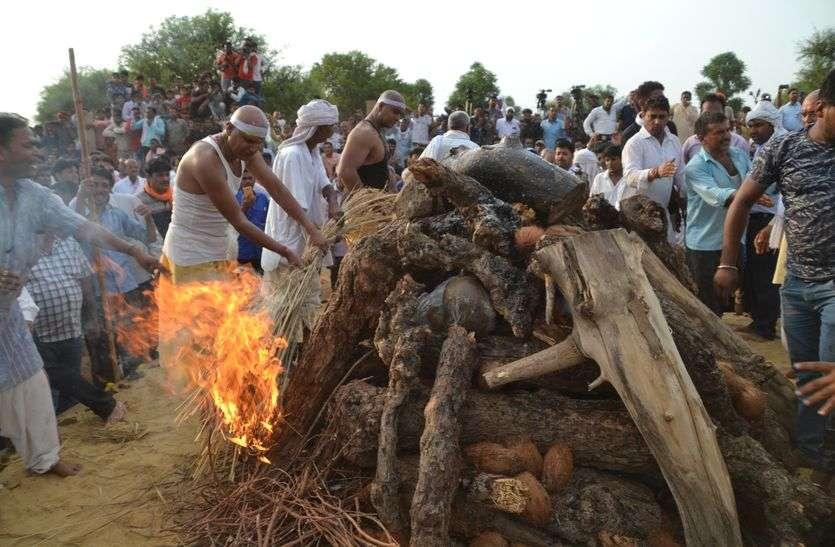 पंचतत्व में विलीन हुए मदनलाल सैनी, बेटे ने दी मुखाग्नि, अंतिम विदाई में शामिल हुए देशभर के कई दिग्गज