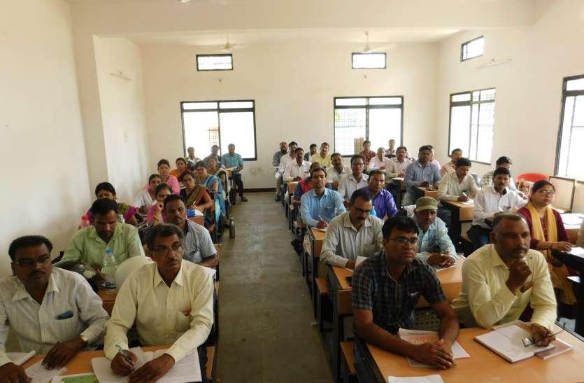 ब्रिज कोर्स के तहत शिक्षकों को दिया जा रहा प्रशिक्षण