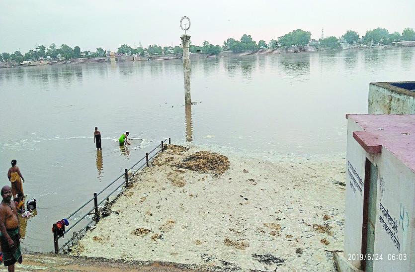 गरियाबंद में भारी बारिश से त्रिवेणी संगम में बाढ़ जैसे हालात, नजारा देखने नदी तट पहुंच रहे लोग