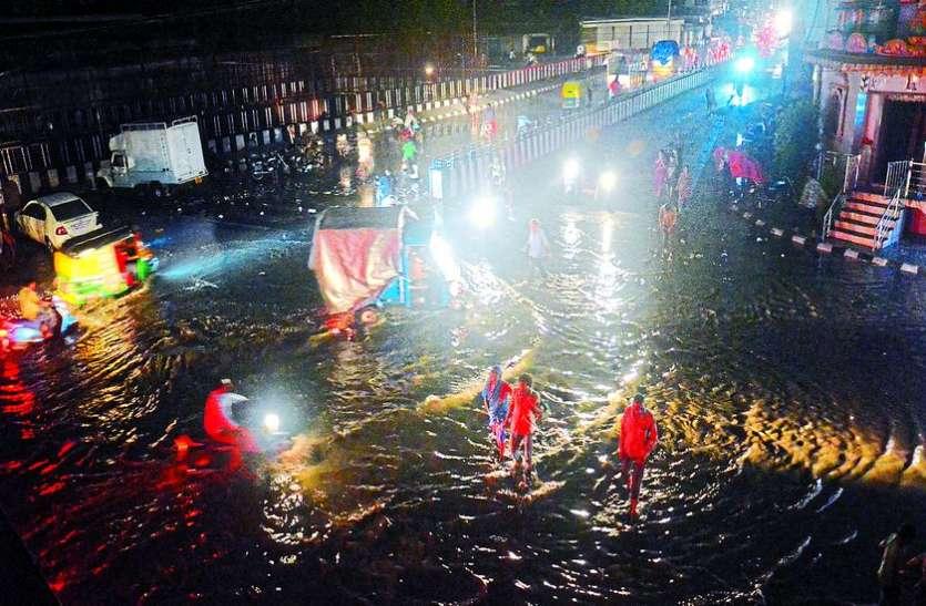 धुआंधार बारिश से घरों में घुसा पानी, लोगों ने कुर्सियों पर गुजारी रात, गृह मंत्री जाम में फंसे