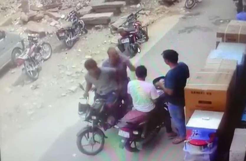शर्ट पर गंदगी फेंक कर दो जनों से उड़ाए लाखों रुपए,नजारे सीसीटीवी में कैद