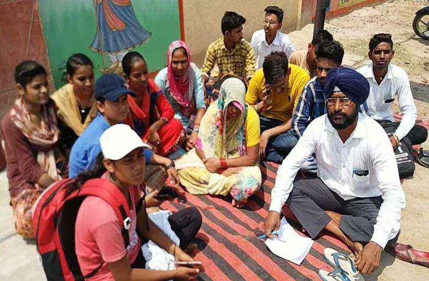 आरोपियों की गिरफ्तारी की मांग के संबंध में कुसुम की मां बैठी धरने पर