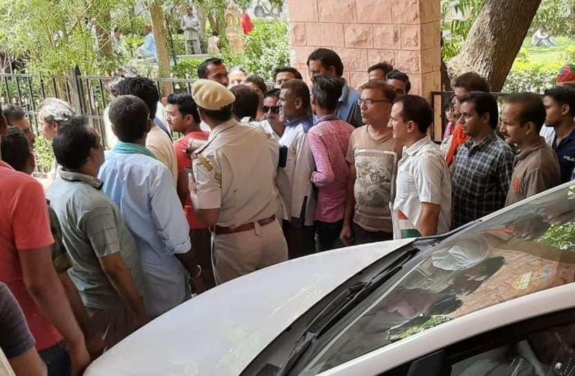 नागौर पहुंचे प्रभारी मंत्री सुखराम विश्नोई टूटी सडक़ देखने को हुए मजबूर