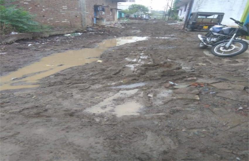 सीवर लाइन बिछाने खोदी गई सड़कें हल्की सी बारिश में बनी दल-दल, पैदल चलना भी मुश्किल