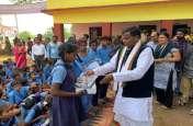 Chhattisgarh के धूर नक्सल क्षेत्र में 13 सालों बाद दोबारा खुले स्कूल, मंत्री लखमा ने बच्चों को बांटे कॉपी-किताब