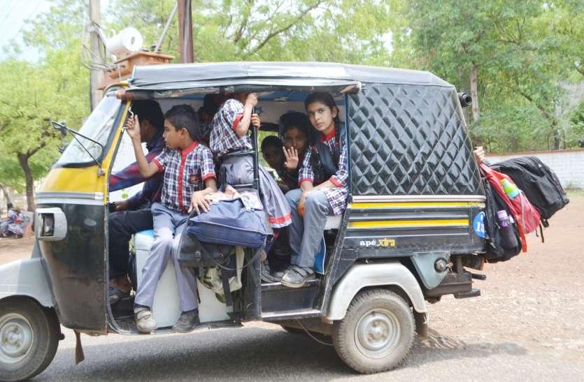 Neemuch School News फिर भेड़ बकरियों की तरह बच्चों को भरकर वाहन पहुंचे स्कूल