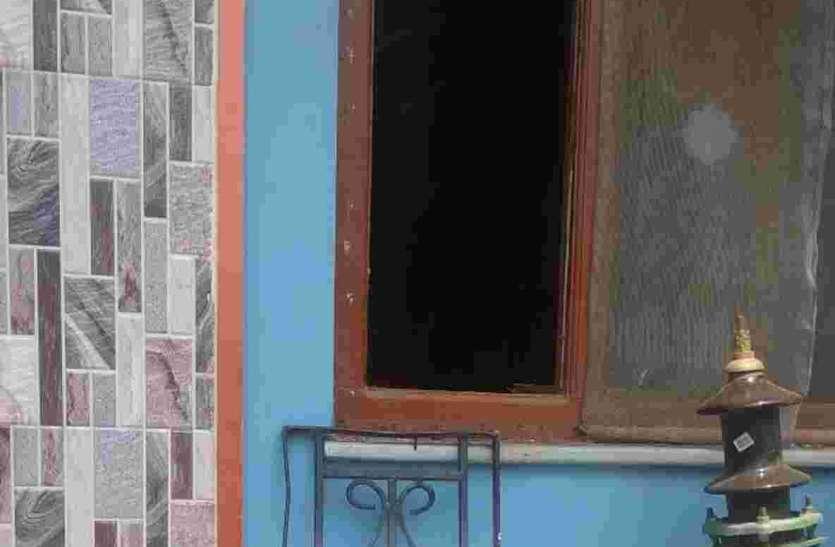 खिडक़ी तोड़ी, कमरे के लगाई सांकल और  10 लाख रुपए के आभूषण चोरी