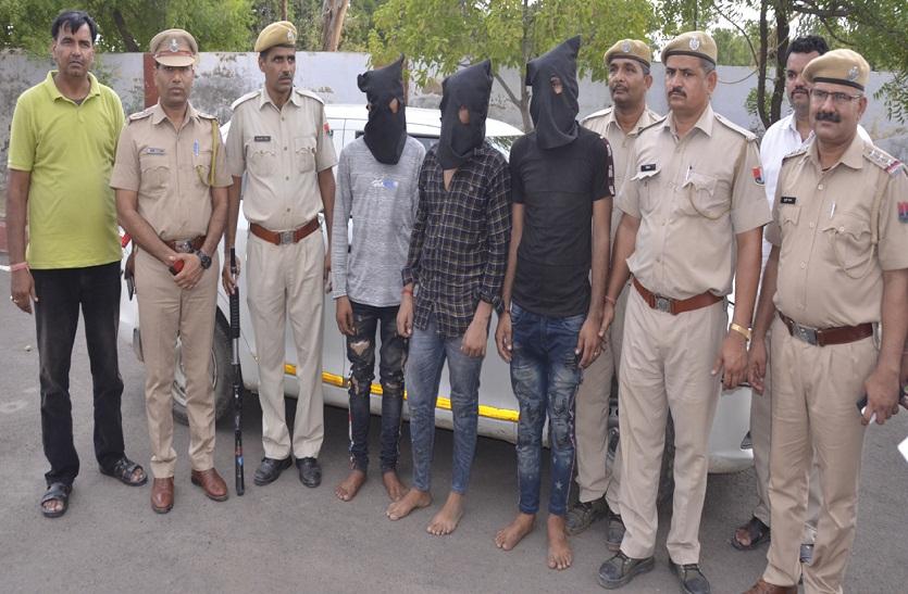Bharatpur news: हथियार दिखा कैब चालक से लूटी कार, नाकाबंदी में पकड़े गए