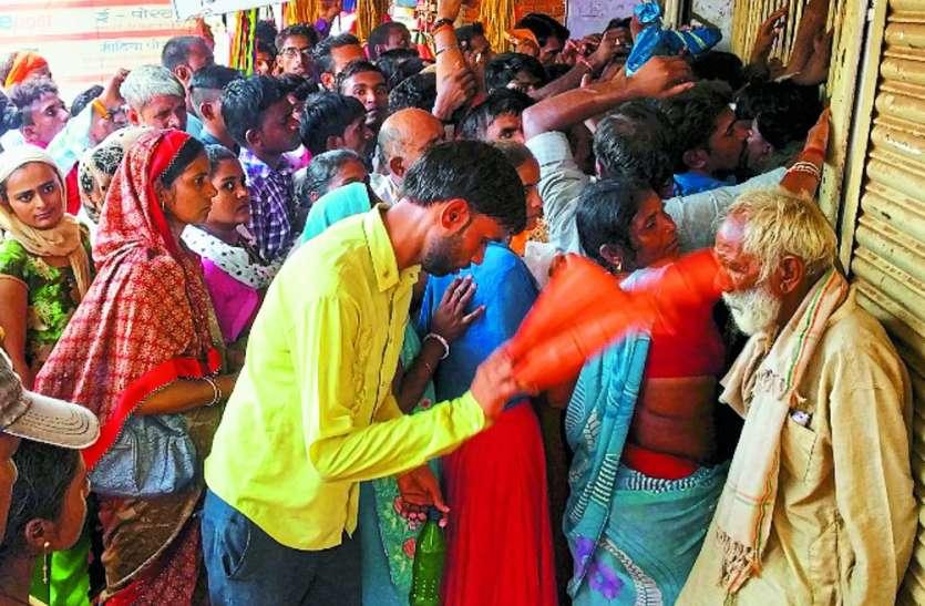 पोस्ट ऑफिस में आधार कार्ड के लिए लोगों की जद्दोजहद, कतार में खड़ी दो महिलाएं अचेत