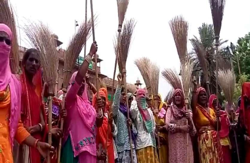 बीकानेर : निगम कार्मिकों का कलक्ट्रेट पर झाडू प्रदर्शन