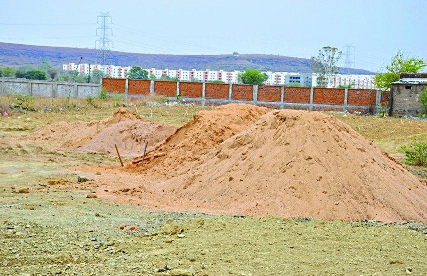रेत के अवैध भंडारण पर नहीं की जा रही कार्रवाई