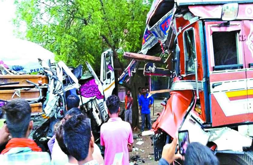 ट्रक-ट्रेलर की आमने-सामने हुई ऐसी भिड़ंत की गाड़ियों के उड़ गए परख्च्चे, दोनों ड्राइवरों की दर्दनाक मौत
