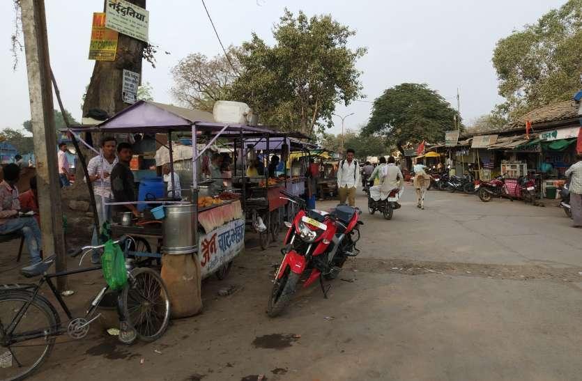 सड़क तक फैल रही दुकानों से संकरा हो रहा मार्ग