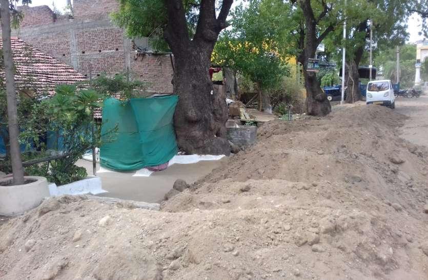 सड़क की ऊंचाई अधिक होने से घरों में भरेगा बरसात का पानी